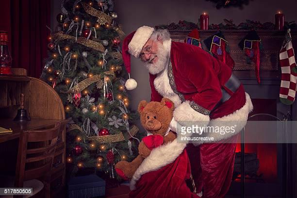 Real サンタクロースクリスマスのおもちゃを提供
