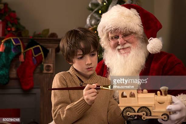 Real Santa Claus mostrar un niño pintura de madera de tren