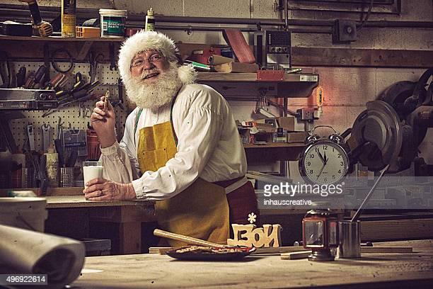 Real Santa Claus prenant une pause de travail dans son atelier