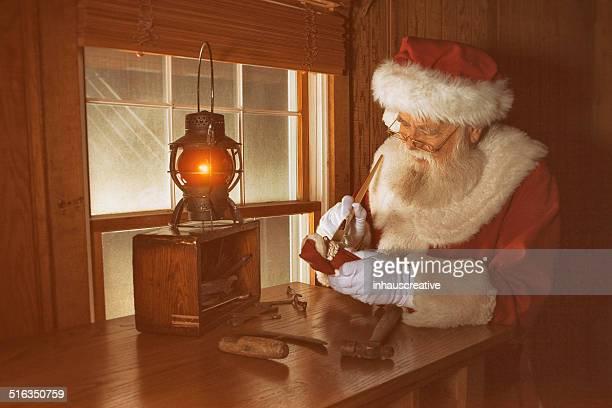 Real Santa Claus travailler tard dans la nuit