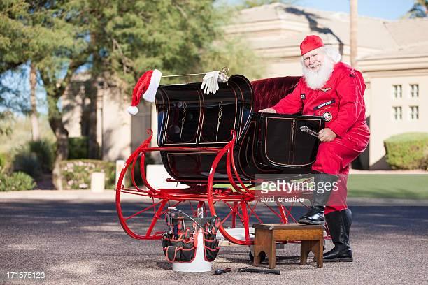 Real Santa Mécanicien travaillant sur un traîneau