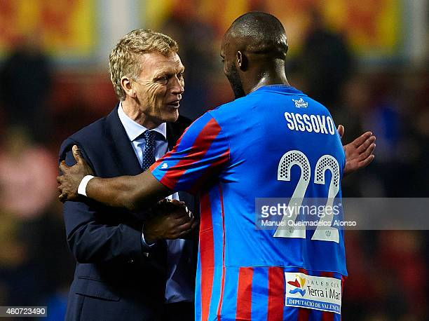Real Sociedad manager David Moyes greets to Mohamed Sissoko of Levante during the La Liga match between Levante UD and Real Sociedad de Futbol at...