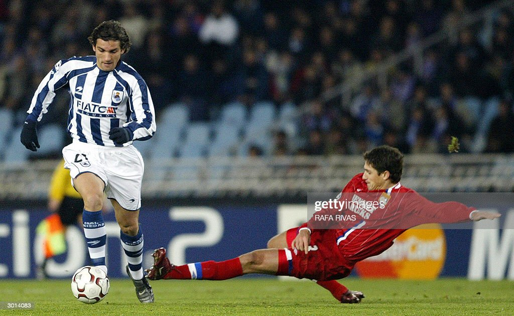 Real Sociedad's 0scar de Paula (L) vies with Lyon's Brazilian Edmilson Jose Gomes (R), 25 February 2003, during their 8th round first leg Champions League group C1 football match at the Anoeta stadium, in San Sebastian. Lyon won 0-1.