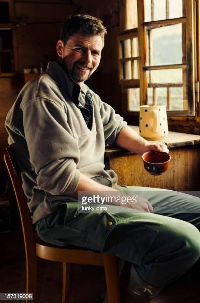 Echte Schweizer Alpen farmer Lächeln für die Kamera