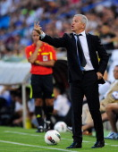 Real Zaragoza head coach Javier Aguirre talks to his team during the La Liga match between Real Zaragoza and Real Madrid at estadio La Romareda on...