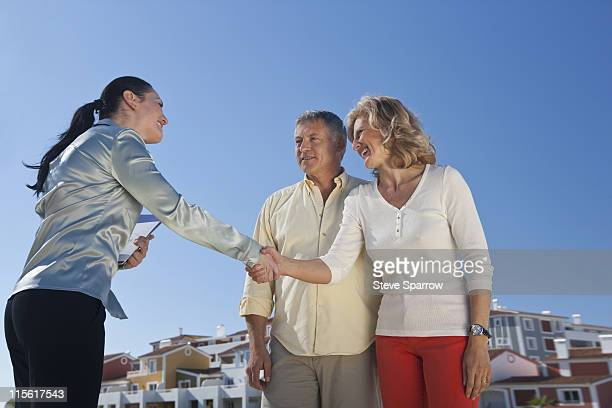 Immobilien-agent Gruß Älteres Paar