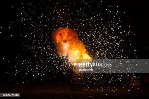 Réaliste fiery explosion danser sur un fond noir : Photo