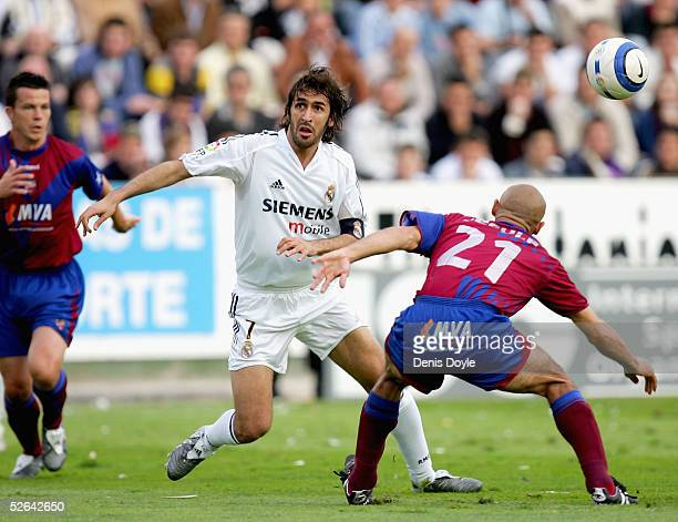 Real`s Raul Gonzalez gets past Levante`s Jesule and Ian Harte during a La Liga soccer match between Levante and Real Madrid at the Ciutat de Valencia...