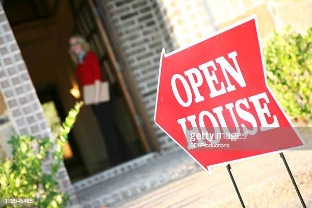 Makler öffnen Tür in einem Open House
