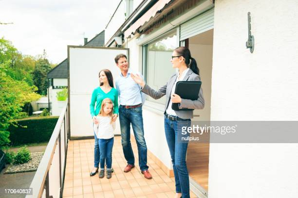 Immobilienverwalter, die Kunden ein apartment