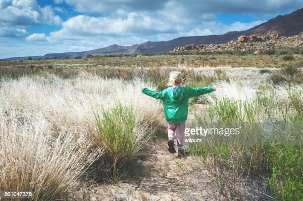 Fille de vue arrière randonnée en mode basse belle nature