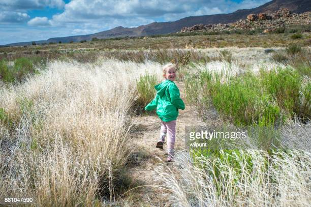 Fille de vue arrière de randonnée dans une nature magnifique