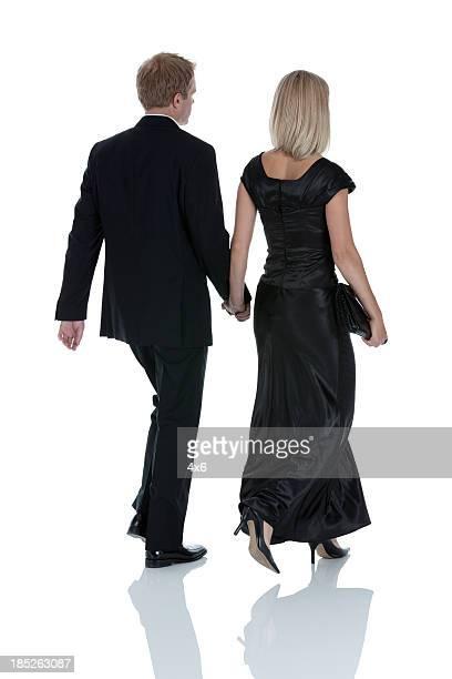 背面ビュー、ビーチを散歩するカップル