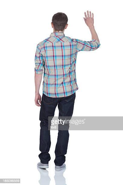 Vue arrière d'un homme agitant les mains