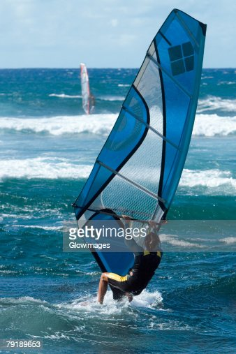 Rear view of a person windsurfing in the sea, Hookipa Beach Park, Maui, Hawaii Islands, USA : Foto de stock