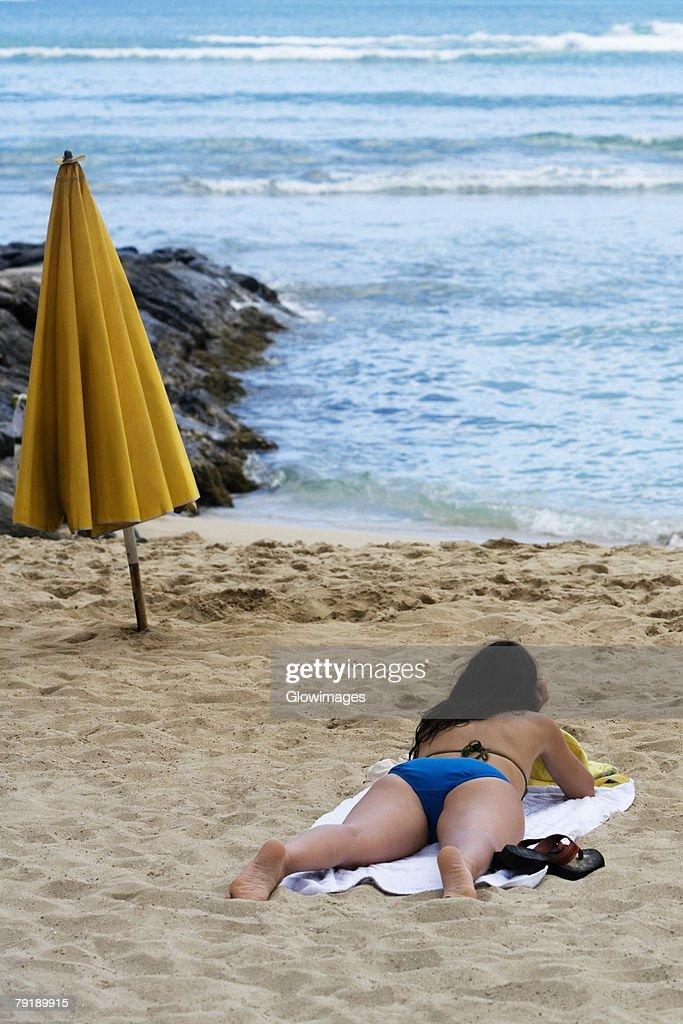 Rear view of a woman lying on the beach, Waikiki Beach, Honolulu, Oahu, Hawaii Islands, USA : Foto de stock