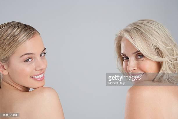 Vue arrière du strict poitrine mère et fille rire