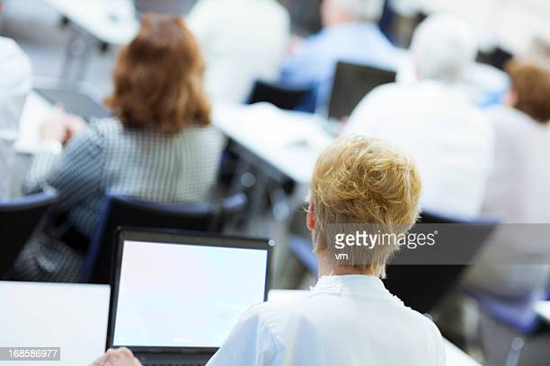 Rückansicht des ein Business-Menschen am Seminar