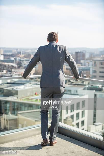 背面の眺めをご覧になりながら街のビジネスマンのパティオ