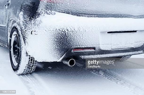 Rückansicht des Auto im Schnee