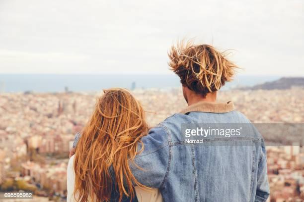 Vue arrière du couple embrassant et en regardant la ville