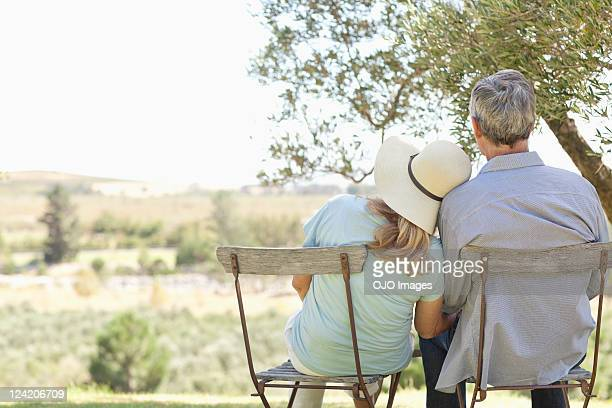 Vista posterior de la pareja en sillas en el parque