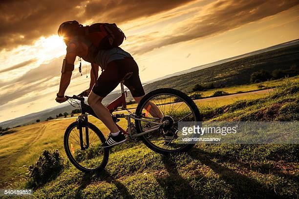 Vue arrière de cycliste escalade la montagne