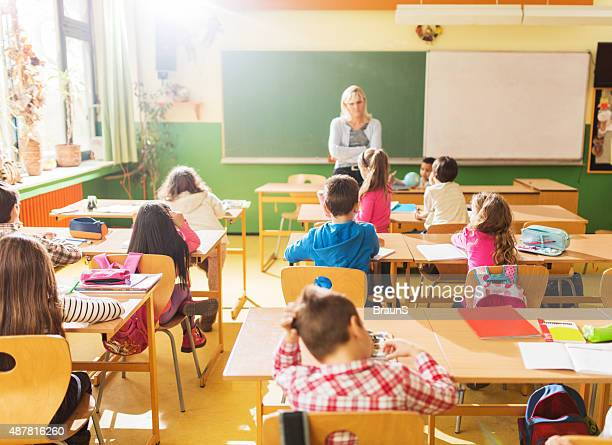 Rückansicht des Gruppe von elementaren Schülern an einem Kurs teil.