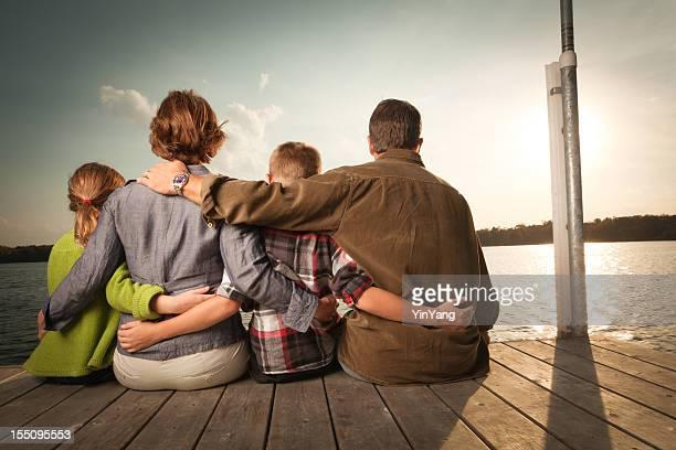 Vue arrière d'une famille heureuse embrassant, vacances vacances à Lake
