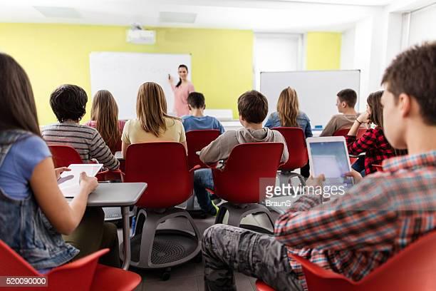 Vue arrière du lycée les étudiants assistant à des cours.