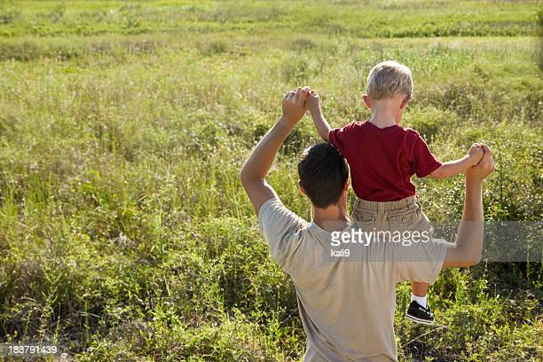 Rückansicht des jungen sitzen auf Vaters Schultern
