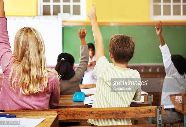 Rückansicht der Schule Kinder, die warnend ihre hand