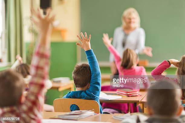 Rückansicht der Schule Kinder bereit, um die Fragen zu beantworten.