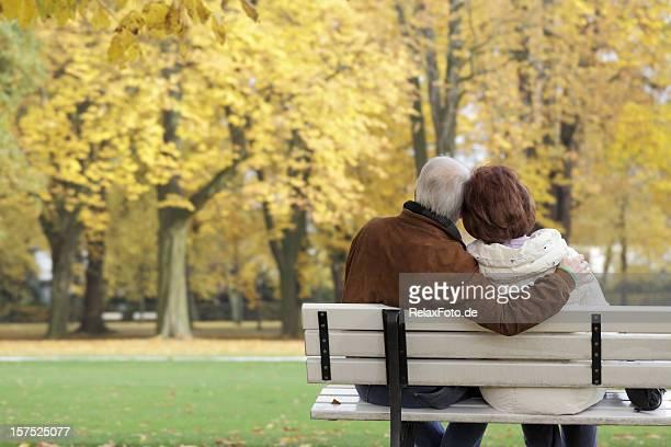 Rückansicht des altes Paar auf Parkbank im Herbst