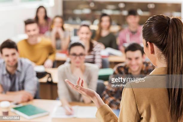 Vue arrière du professeur donnant un cours.