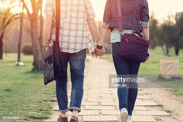 Vue arrière de couple d'adolescents dans le parc