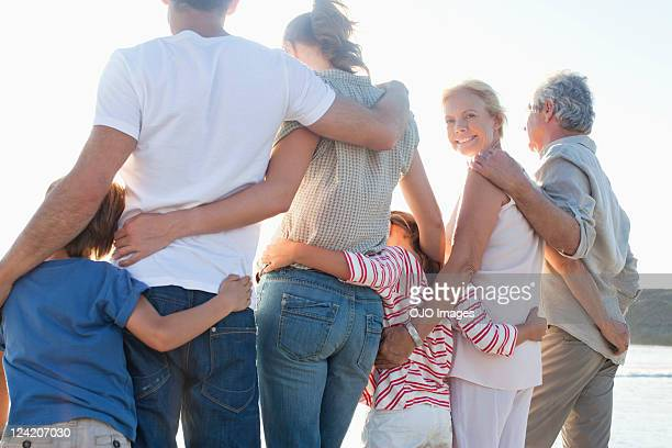 Vue arrière d'une famille de trois générations de profiter debout sur la plage