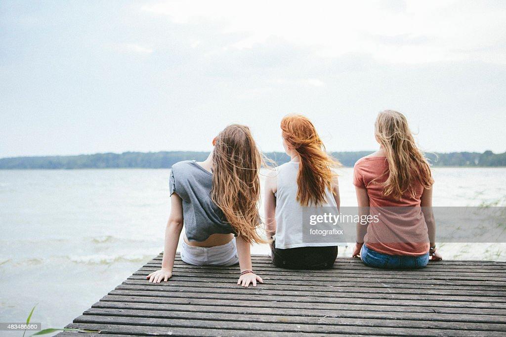Vista traseira de três jovens mulheres com mandar Cabelo Comprido : Foto de stock