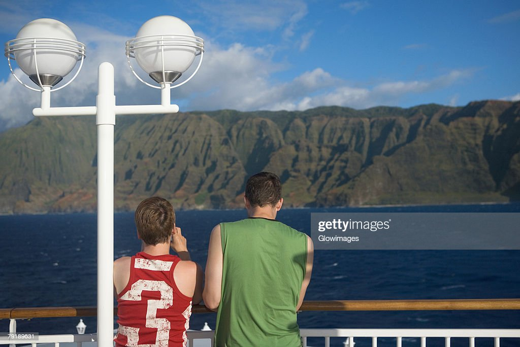 Rear view of tourists standing at observation point looking at a view, Na Pali Coast State Park, Kauai, Hawaii Islands, USA : Foto de stock