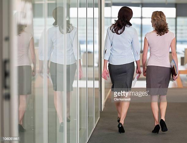 Rückansicht von zwei weibliche Geschäftspartner zu Fuß