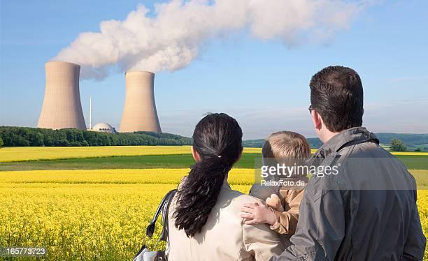 Rückansicht des jungen Familie Blick in die nuclear power station