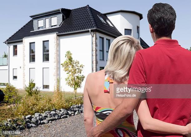 Rückansicht auf junges Paar Blick auf schönen neuen Zuhause