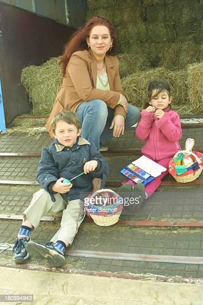 Rebecca SiemoneitBarum Sohn Joshua SiemoneitBarum Tochter Rachel SiemoneitBarum Freude auf Ostern Mannheim 'Circus Barum' Circuswagen Stroh...