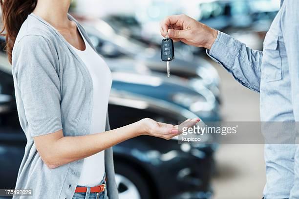 Riceve le chiavi per la sua nuova auto