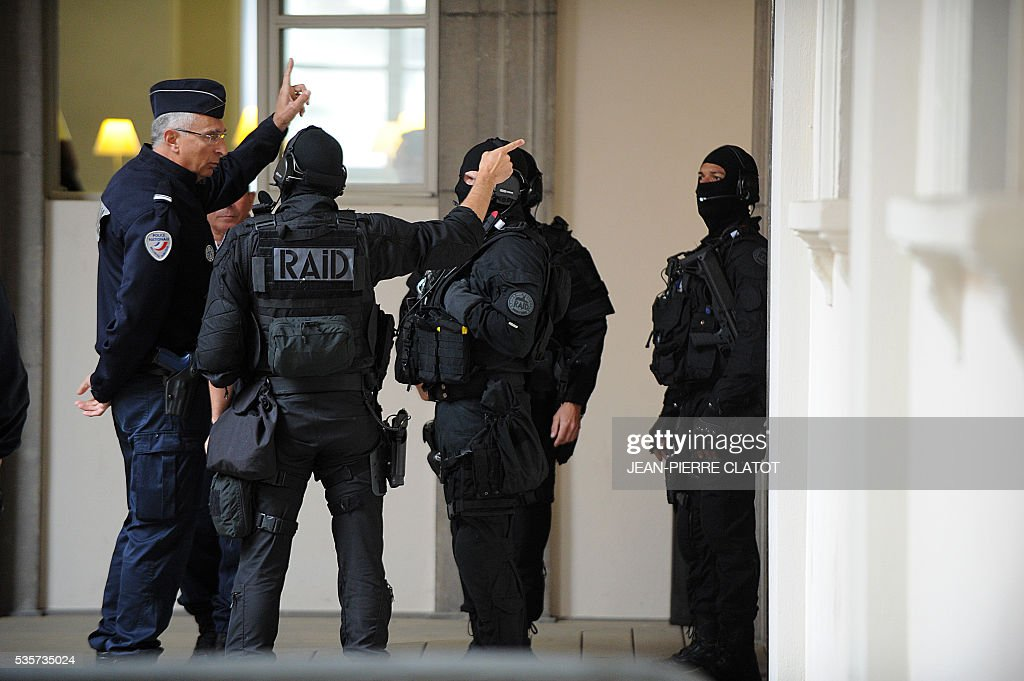 Recherche Assistance Intervention Dissuasion (RAID) unit stands at the Assises court in Chambery on May 30, 2016 during the trial of four armed robbers who are accused of killing a police officer of the French police's organized crime squad (BAC) during a robbery of electronics and white goods company Darty, in Chambery, southeast France. A police officer of the French police's organized crime squad (BAC) was killed in April 2012 by armed robbers who hit him with their car after they robbed electronics and white goods company Darty. / AFP / JEAN