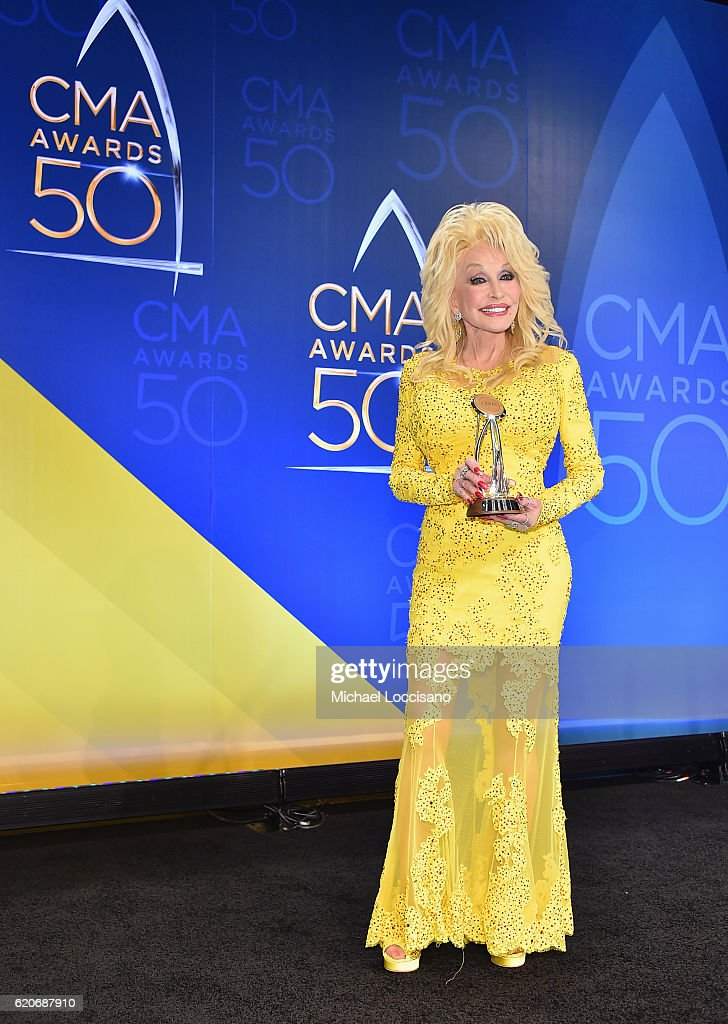 recipient-of-the-willie-nelson-lifetime-achievement-award-dolly-picture-id620687910