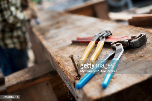Einer alten Holz-workshop. Eine person in einem Werkbank und tools,