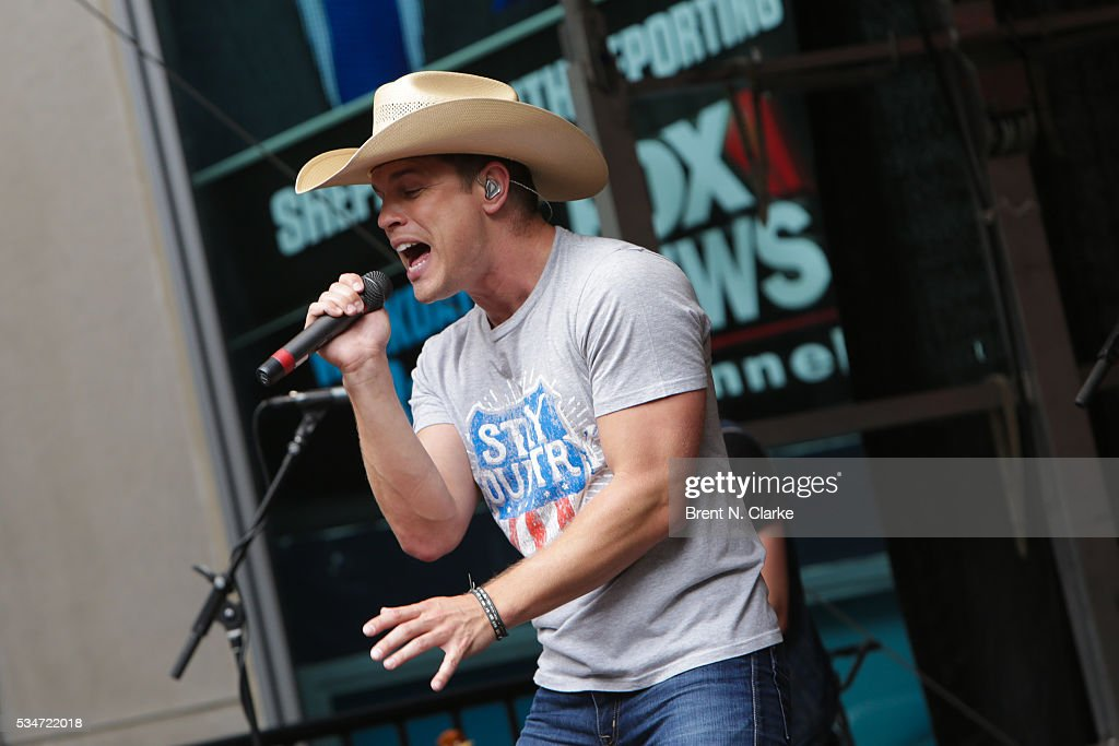 Recording artist <a gi-track='captionPersonalityLinkClicked' href=/galleries/search?phrase=Dustin+Lynch&family=editorial&specificpeople=8612719 ng-click='$event.stopPropagation()'>Dustin Lynch</a> performs on stage during the 'FOX & Friends' All American Concert Series outside of FOX Studios on May 27, 2016 in New York City.