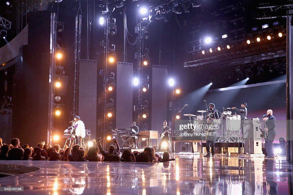 Recording artist <a gi-track='captionPersonalityLinkClicked' href=/galleries/search?phrase=Erykah+Badu&family=editorial&specificpeople=224744 ng-click='$event.stopPropagation()'>Erykah Badu</a> (L) performs with the Roots onstage during the 2016 BET Awards at the Microsoft Theater on June 26, 2016 in Los Angeles, California.