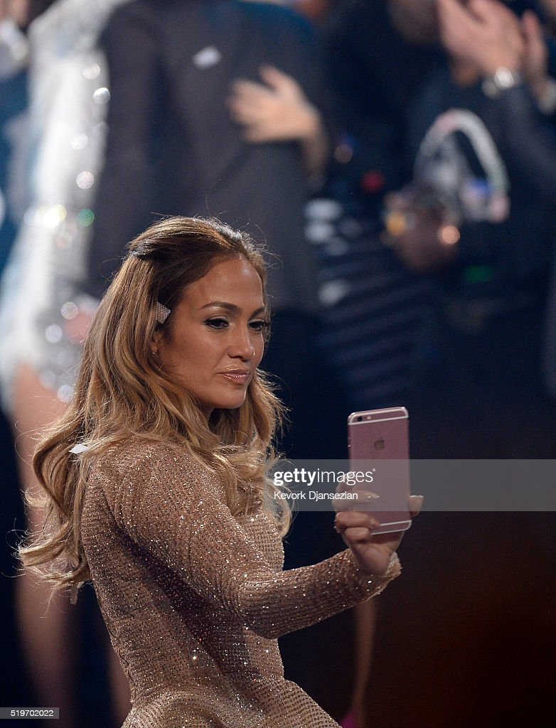 Recording artist Jennifer Lopez poses for a selfie during FOX's 'American Idol' Finale For The Farewell Season at Dolby Theatre on April 7, 2016 in Hollywood, California. at Dolby Theatre on April 7, 2016 in Hollywood, California.